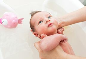 כך שרדתי את האמבטיה הראשונה של התינוק שלי