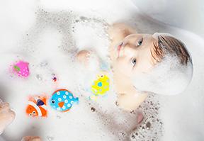 وقت الاٟسترخاء والهدوء: هكذا تحوّلين حمّام الطفل اٟلى تجربة ممتعة ومنعشة ومفيدة