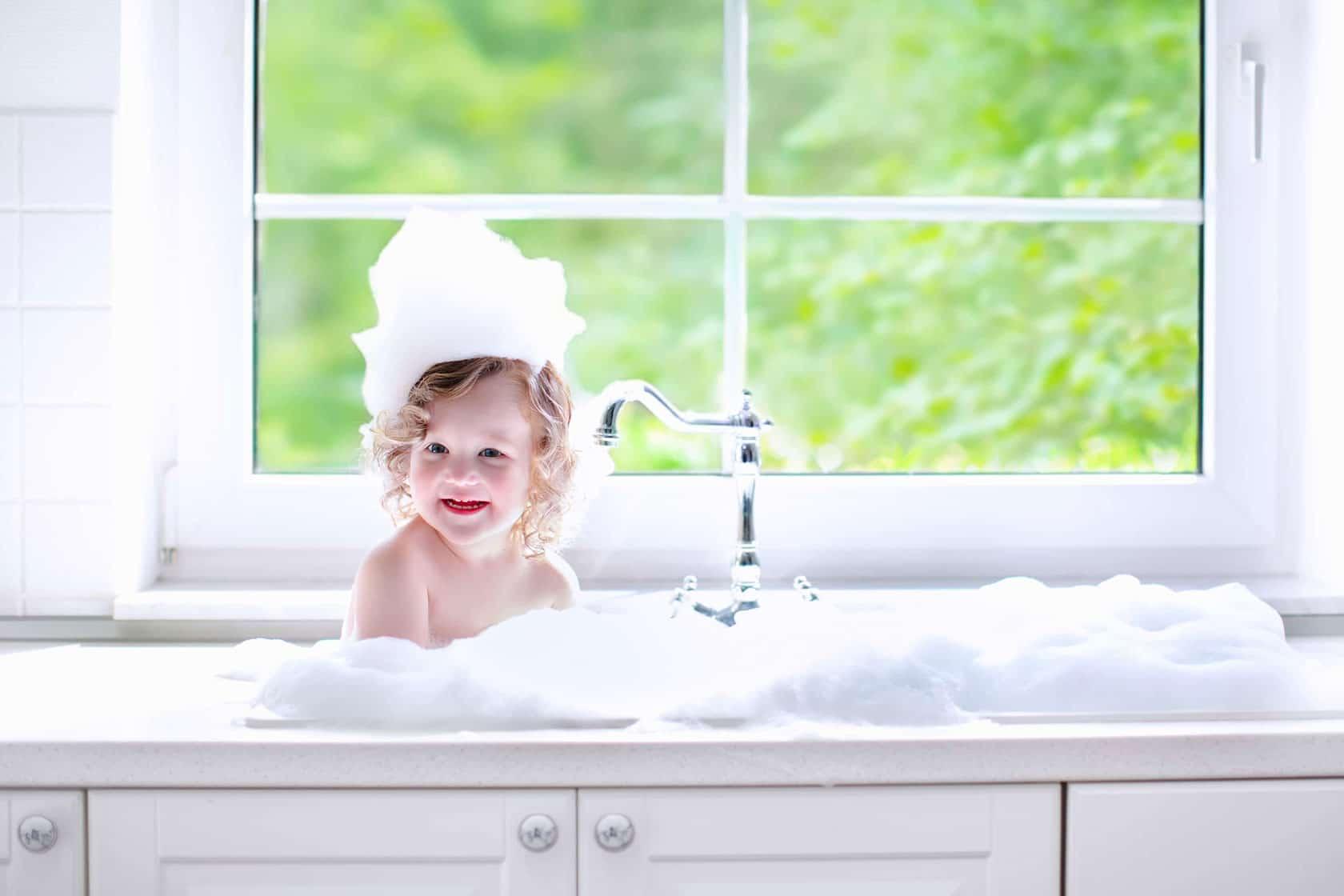 ما الذي يجب التشديد عليه أثناء حمام الطفل؟